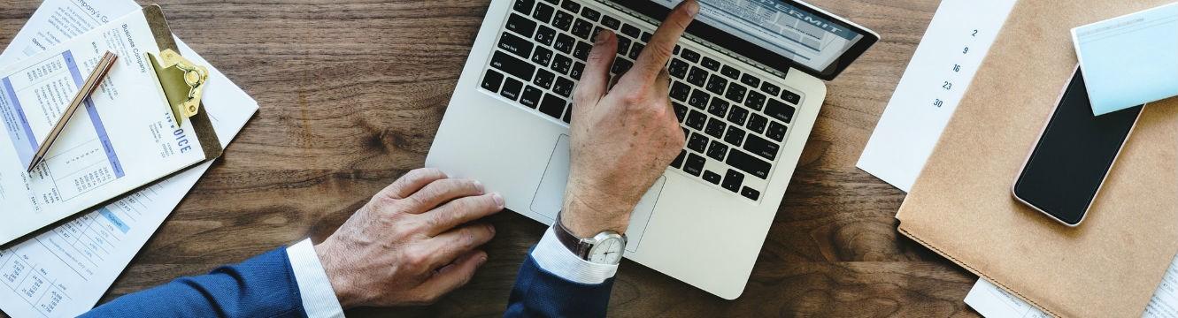 Un professionnel du recrutement adresse un email à une agence d'emploi