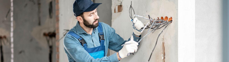Un électricien en bâtiment met aux normes les installations électriques