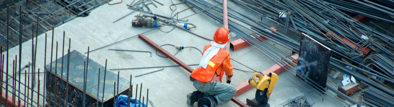 Un ouvrier travaille sur un chantier