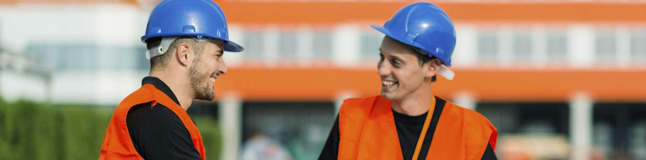 Deux hommes discutent sur un chantier